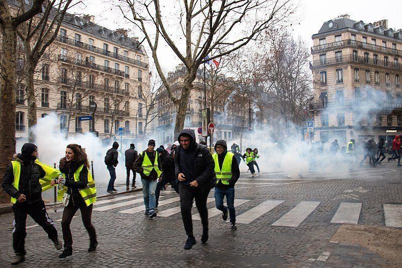 "Parigi, polizia francese arresta il leader dei ""Gilet gialli"""