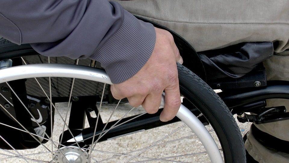 Disabile minacciato dai condomini: voleva solo far montare l'ascensore