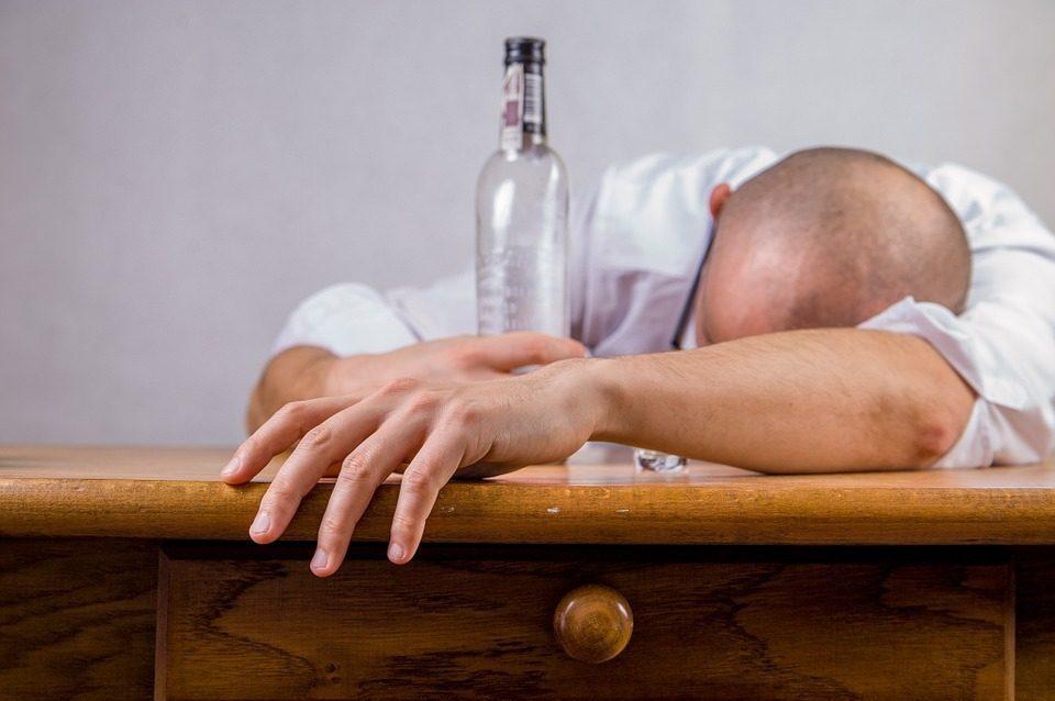 Alcolismo dilagante in Italia, a rischio soprattutto i giovani