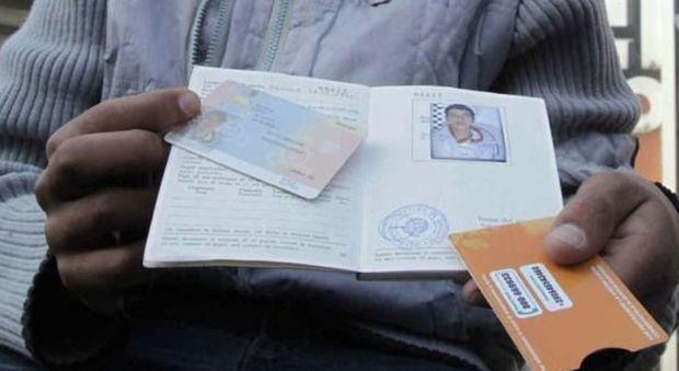 Fermati a Napoli criminali che vendevano falsi permessi di soggiorno ...