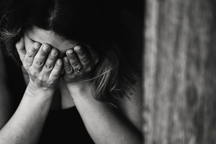 Schiaffi e pugni sulla pancia della compagna per farla abortire: 22enne arrestato a Roma