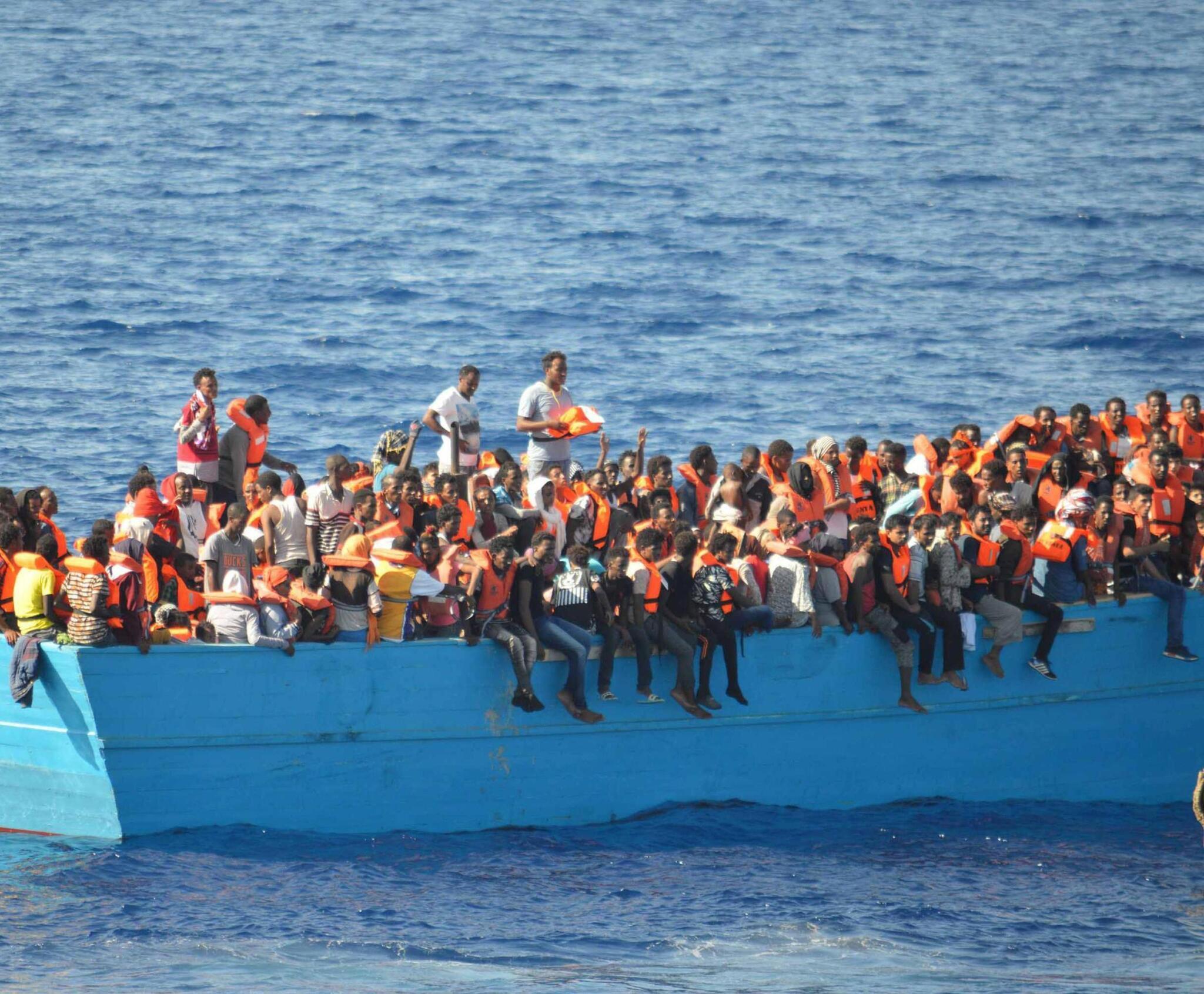 Lampedusa, si ribalta barchino con 50 migranti: morti e dispersi