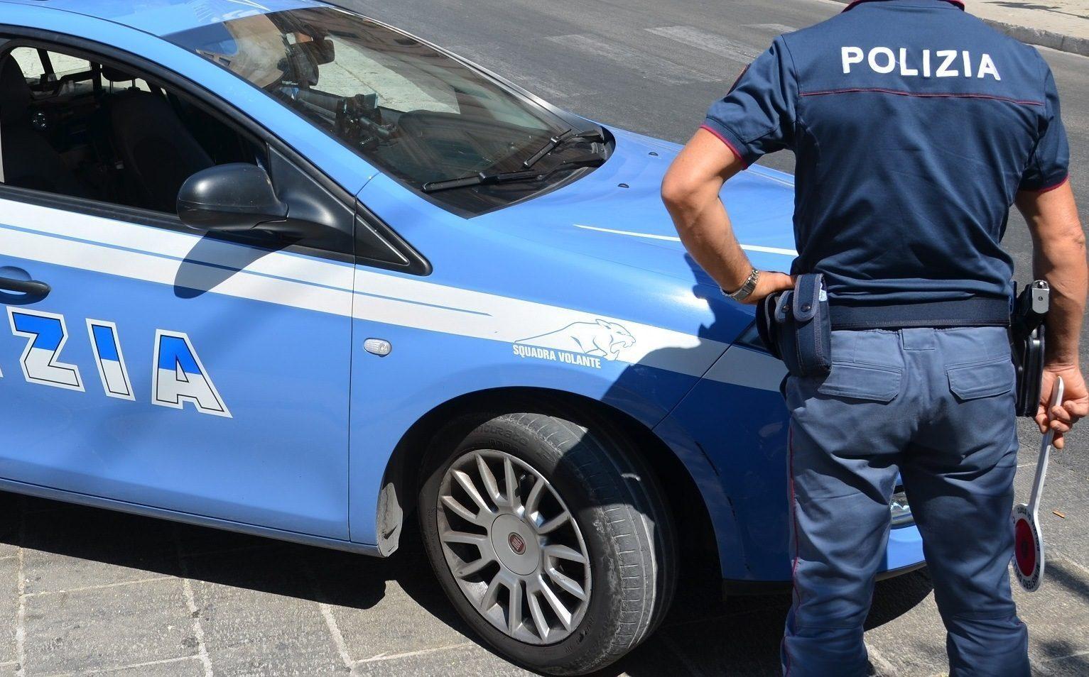 Milano, bimba di 4 anni rischia di cadere dal balcone: salvata dai poliziotti