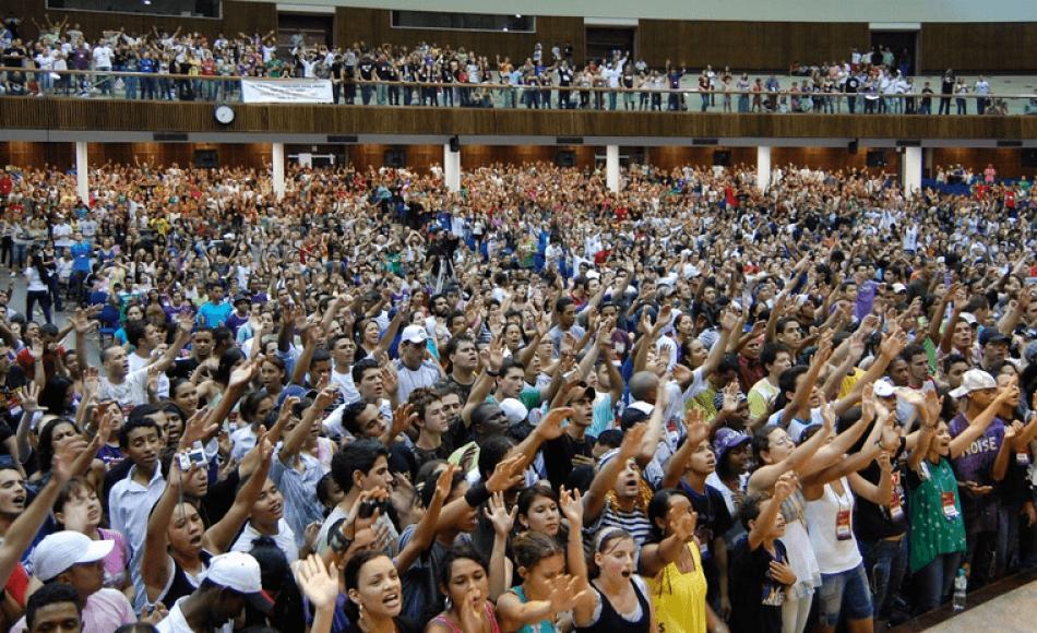 In Brasile più evangelici che cattolici: la Chiesa cattolica corre ai ripari con i preti sposati