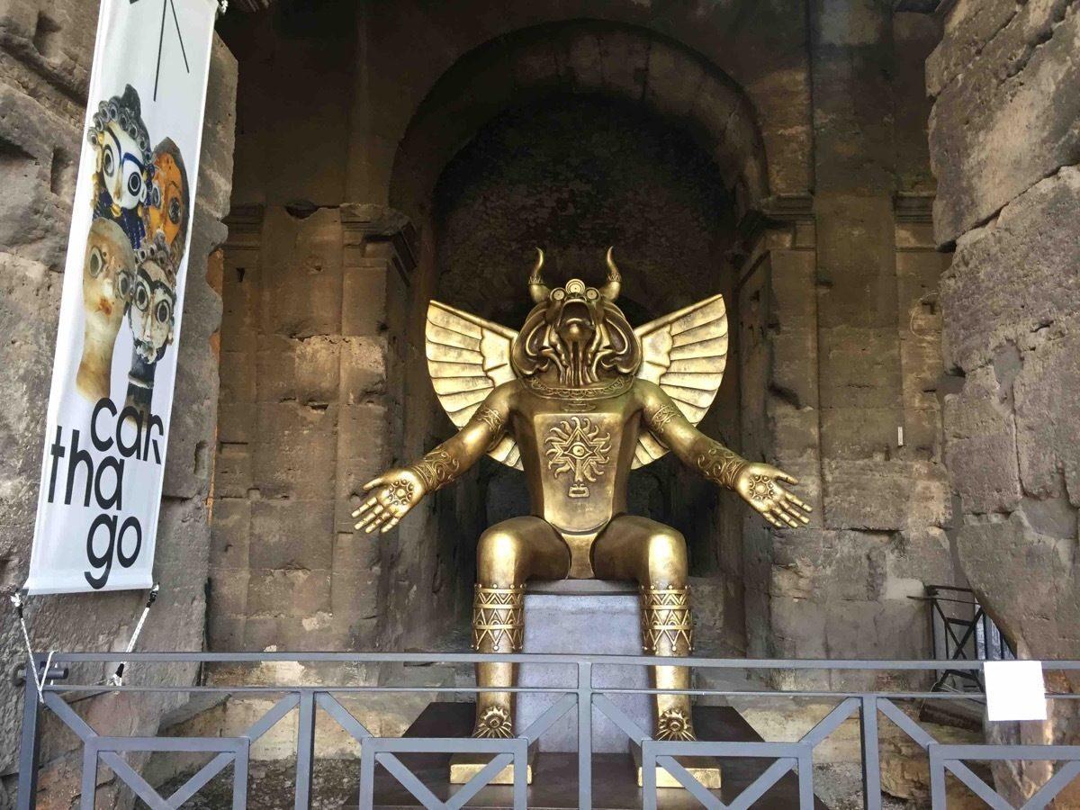 """Moloch al Colosseo ed è polemica: """"Divinità luciferina dove furono uccisi molti martiri cristiani"""""""
