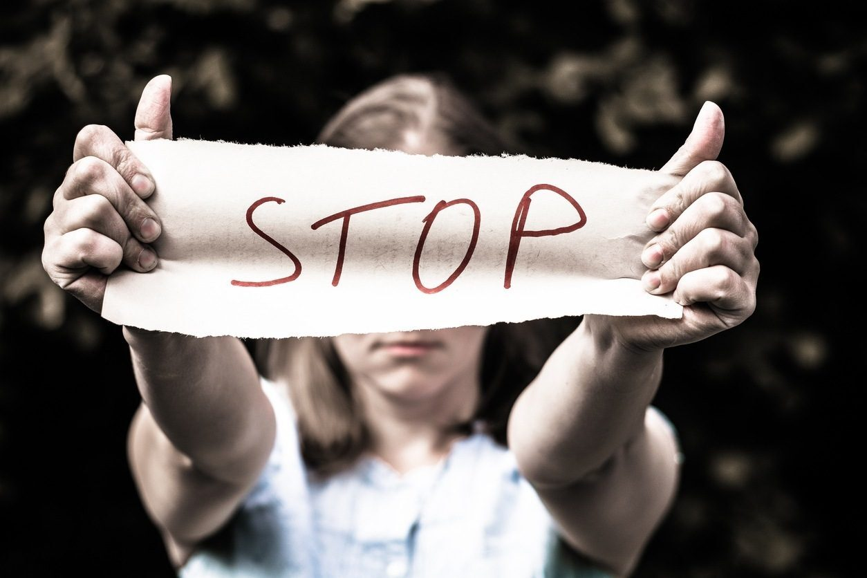 Come aiutare una donna vittima di violenza: i segnali da non trascurare