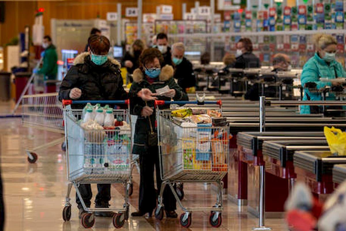 Al supermercato con la moglie disabile, 900 euro di multa per una coppia di anziani