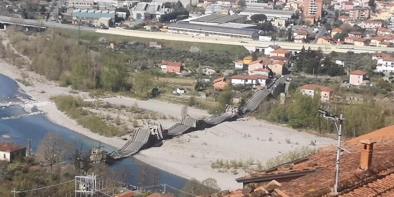 Crolla ponte su un fiume, coinvolti due furgoni: un ferito