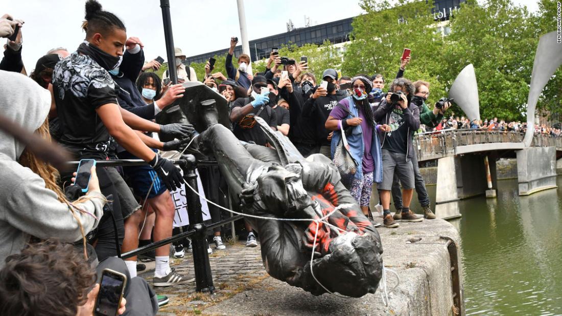 Proteste antirazziste, in Europa statue abbattute e vandalizzate dai manifestanti