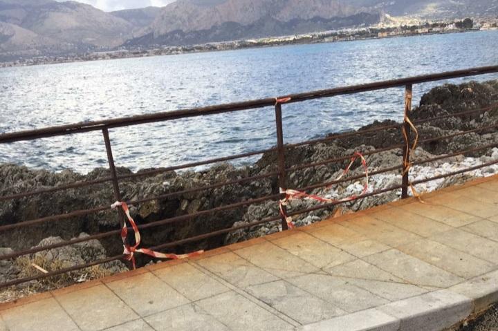 Giovani volontari ripuliscono le spiagge siciliane