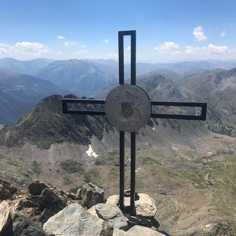 Mistero sulla vetta più alta dei Pirenei: affissa una croce trasportata a dorso d'uomo
