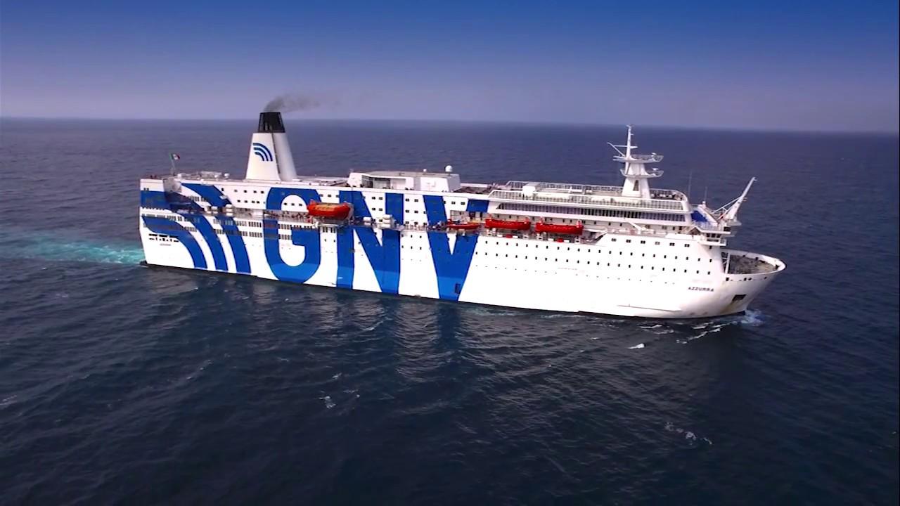Migranti, a Lampedusa la nave quarantena GNV Azzurra: imbarcati 250 tunisini