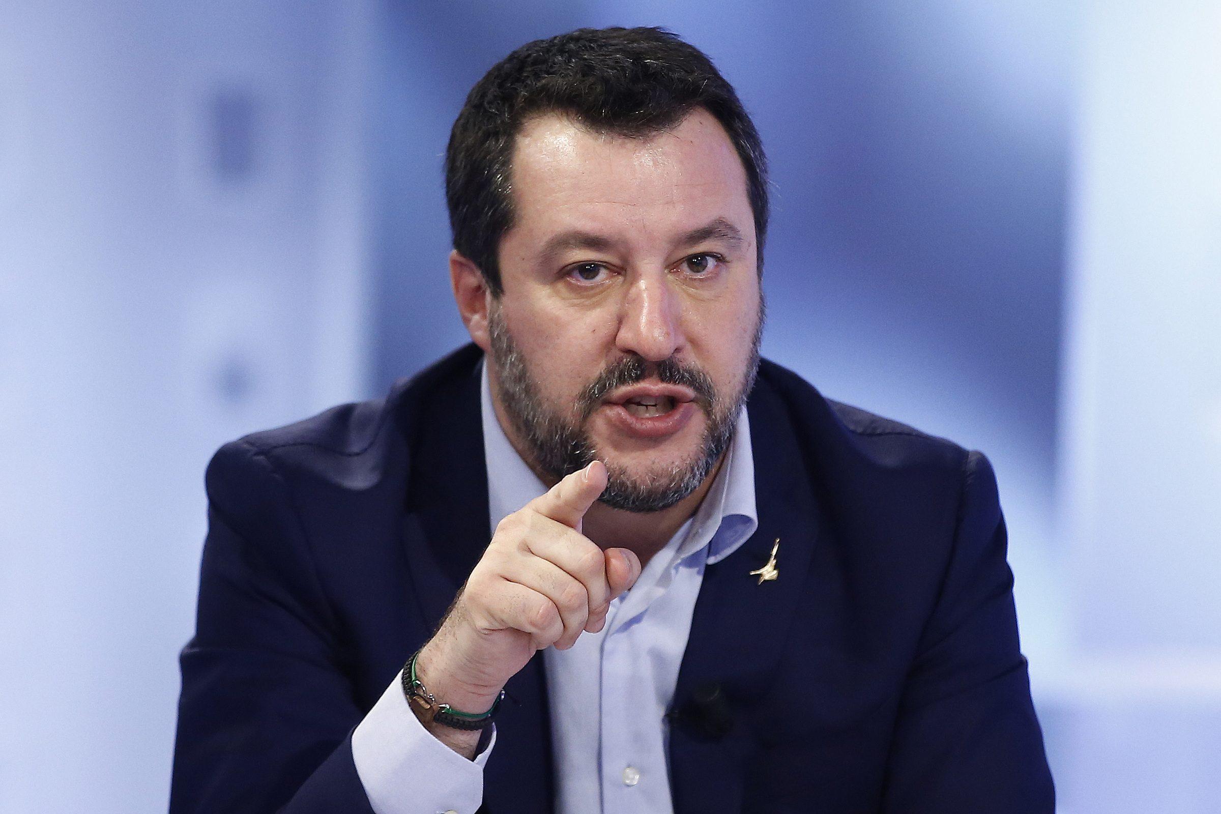 Toscana: donna aggredisce Matteo Salvini strappandogli camicia e rosario