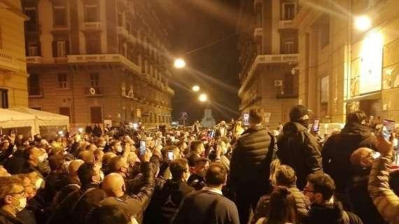 Guerriglia urbana a Napoli contro il coprifuoco: aggrediti giornalisti, fumogeni contro le forze dell'ordine
