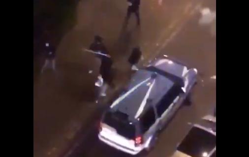 Napoli, i manifestanti assaltano le forze dell'ordine: calci e cinghiate ai poliziotti – VIDEO