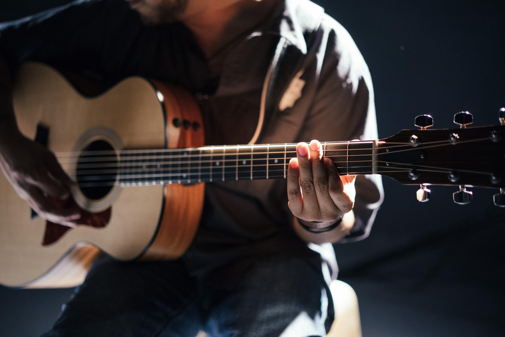 Assistente medico regala chitarra a paziente oncologico: commozione in reparto