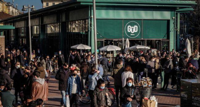 Folla in centro a Milano, assembramenti ai Navigli
