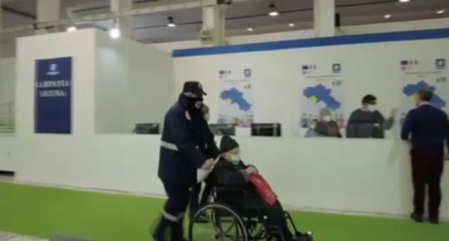 Attendeva di vaccinarsi per il Covid, anziano muore in fila a Napoli