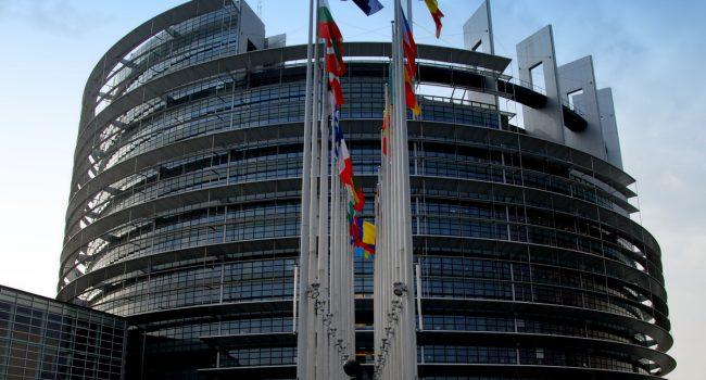 """La neolingua invade il Parlamento europeo: il politicamente corretto bandisce """"padre/madre"""""""