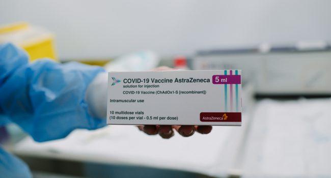 """Vaccini, accuse dagli Usa: """"Astrazeneca potrebbe aver inserito dati obsoleti negli studi clinici"""""""