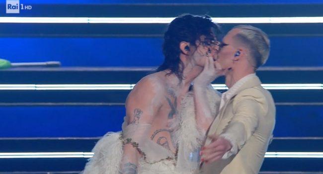 Il bacio gay di Achille Lauro e Fiorello con la corona di spine a Sanremo 2021: spettacolo indecente in prima serata