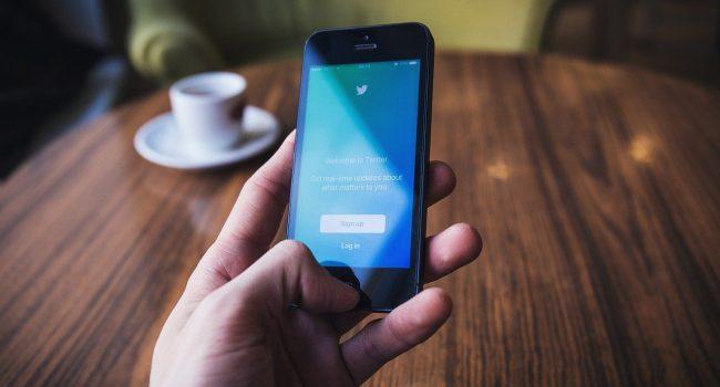 Twitter contro i negazionisti del vaccino: bloccati i profili che pubblicano false affermazioni