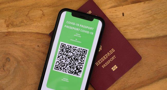 Green pass per viaggiare: chi falsifica il certificato rischia il carcere