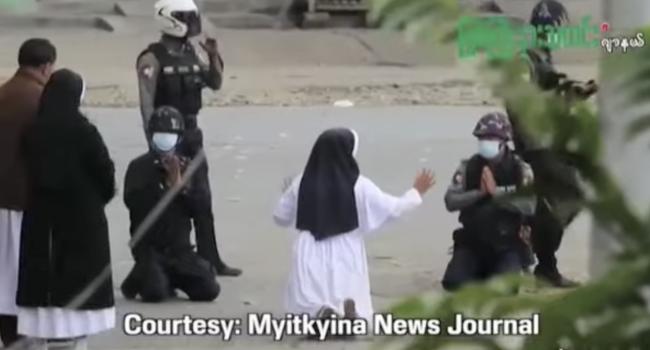"""Myanmar, suora in ginocchio prega i militari di non uccidere la gente: """"Credo che Dio si sia servito di me"""""""