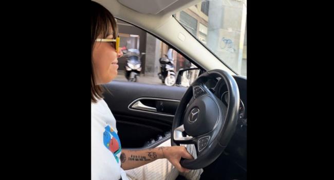 Malika, la ragazza lesbica cacciata di casa: con i soldi della raccolta fondi ha comprato una Mercedes