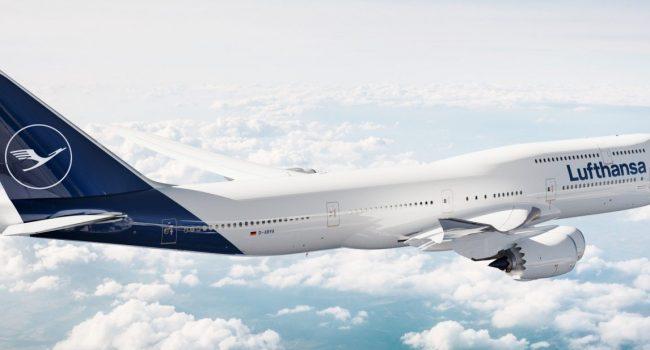 """La compagnia aerea Lufthansa abolisce il saluto """"Signori e signore benvenuti a bordo"""": non è gender neutral"""