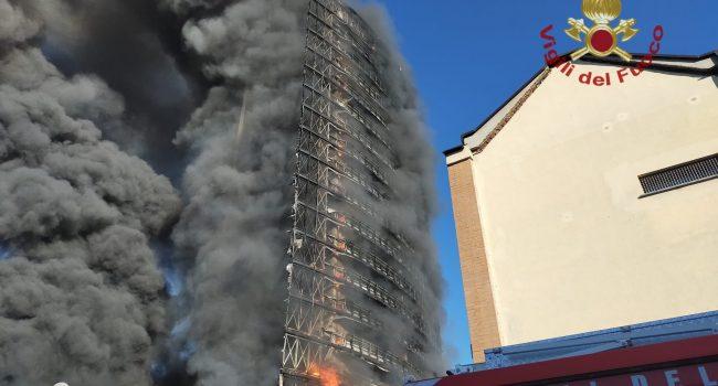 Incendio in un palazzo di 15 piani a Milano, le fiamme avvolgono l'interno edificio: IL VIDEO