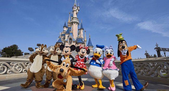 Covid-19, vaccino obbligatorio per i dipendenti Disney e Walmart: in cambio premi in denaro