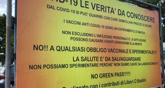 """A Senigallia mega manifesti contro il Green Pass: """"Non siamo cavie da laboratorio"""""""