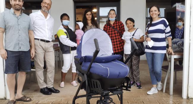Cesenatico, Pro Vita & Famiglia consegna passeggini e carrozzine alle mamme in difficoltà