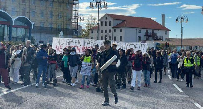 """A Trieste il più grande corteo """"No Green Pass"""" di tutta Italia"""